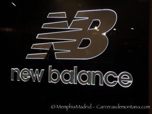 Logo New Balance instalado en cristaleras de Gran Vía 15.