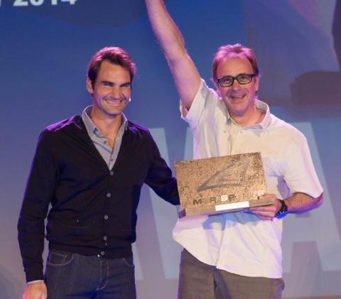 Roger Federer entrega el premio a Jorge Moragas para Amersports España, como mejor filial 2014